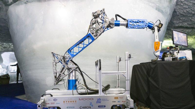 """Le robot """"CHIRON"""" dispose d'un bras doté d'outils interchangeables pour découper les blocs de glace."""