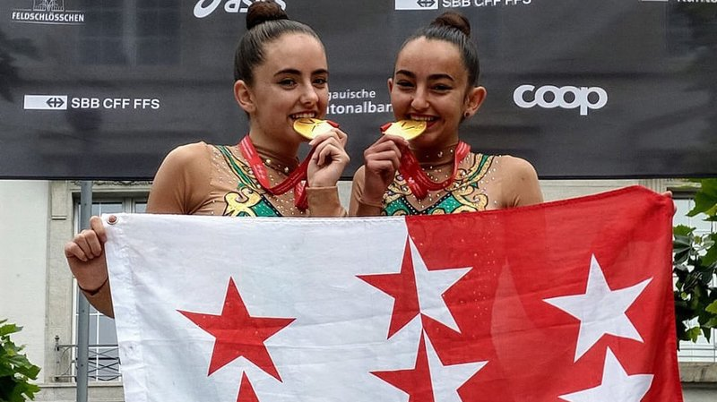 Eléa et Loanne Roch étaient fières d'afficher le drapeau valaisan sur le podium à Aarau.