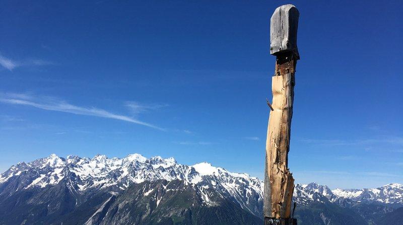 Bagnes: la croix de la Pierre Avoi dans un sale état