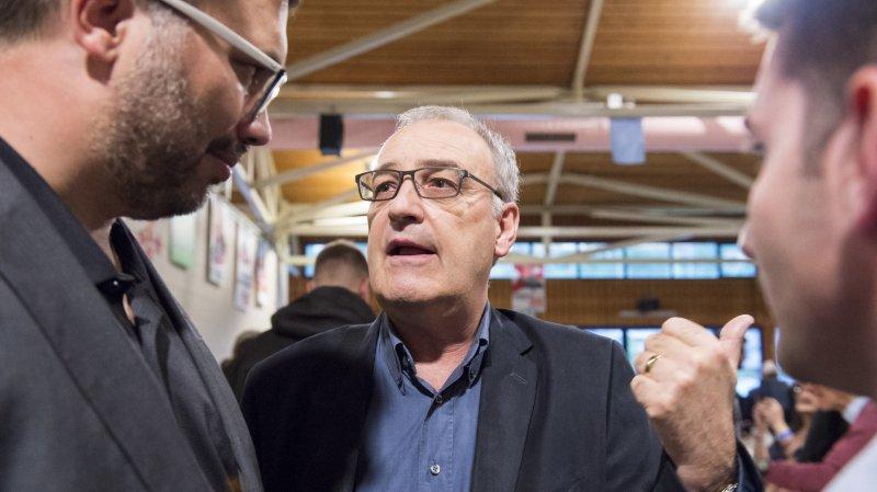 Savièse: le conseiller fédéral Guy Parmelin reçoit une génisse à l'occasion des 20 ans de l'UDC Valais