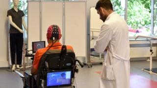 Médecine: bientôt des fauteuils roulants dirigés par la pensée?