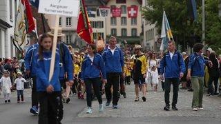 Farbenfroher Festumzug des Turnfestes durch Aarau