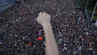 Hong Kong: près de deux millions de personnes dans la rue malgré le recul du gouvernement