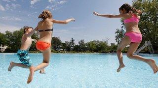 Zurich: il filme des enfants avec son stylo à la piscine