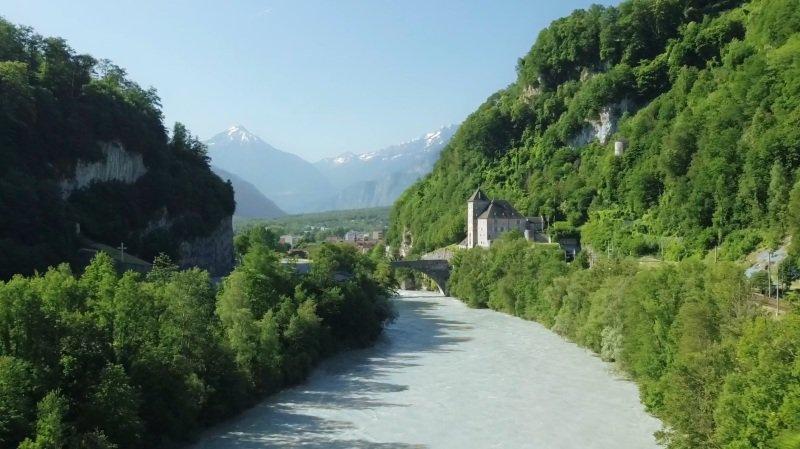 De la vigne, un fleuve et des montagnes... C'est beau le Chablais.