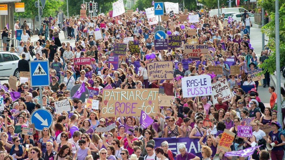 Le 14 juin, alors que 12 000 personnes militaient à Sion pour l'égalité, une partie du Parlement valaisan la politisait. En tout, 19 interventions parlementaires sur l'égalité ont été déposées autour de la grève des femmes.