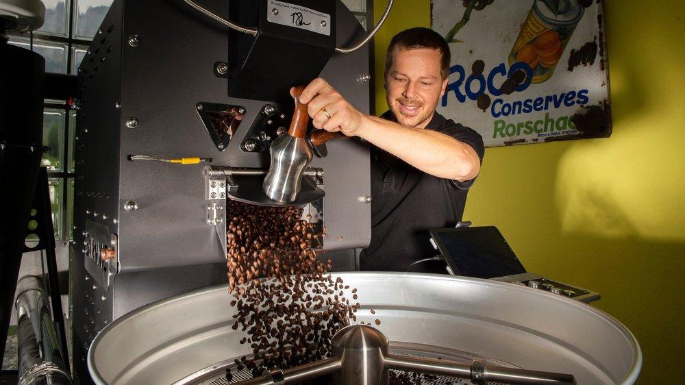 Michaël Würzner a choisi Saint-Pierre-de-Clages pour torréfier son café de spécialité. Un produit en lequel il croit dur comme fer.