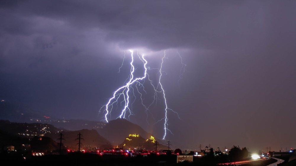 Un arc électrique du sol aux nuages tranche l'obscurité au-dessus de Sion dans la nuit de dimanche à lundi.