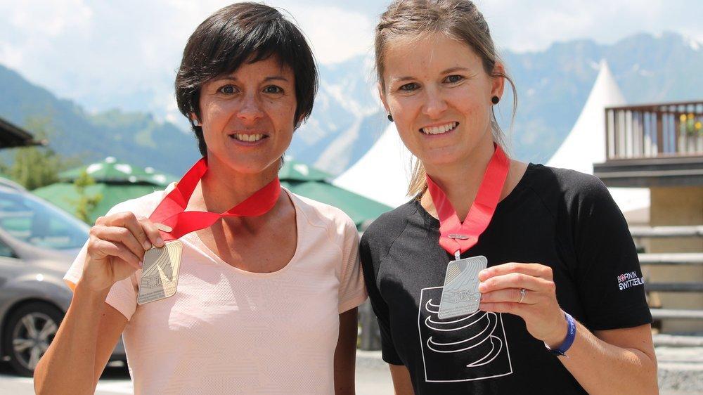 Sara Escobar Carron (bronze) et Virginie Clivaz (argent) arborent fièrement leurs médailles acquises à Verbier.