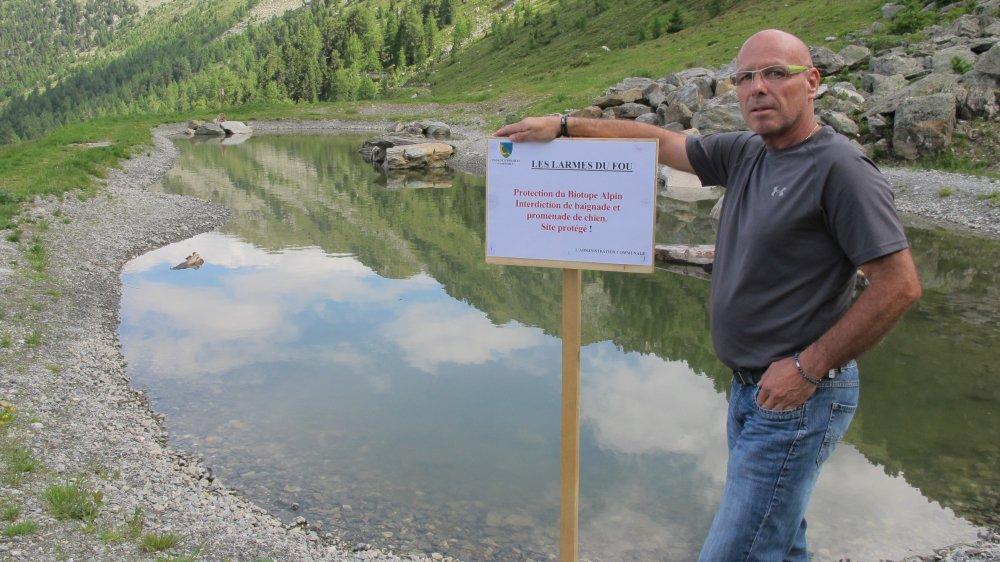 Johnny Crettenand déplore le comportement de certaines personnes aux abords de l'étang, malgré les panneaux d'information.