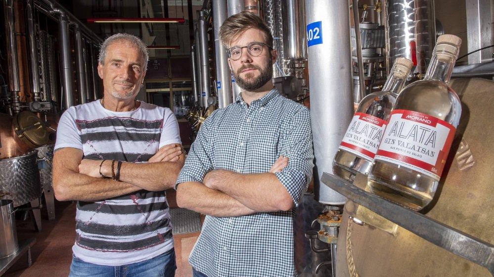 L'œnologue Thierry Manta (à gauche) et le fondateur d'Alata Hugo Pozzo di Borgo présentent le gin valaisan, fruit de la collaboration de la distillerie Morand et du producteur d'apéritifs valaisans.