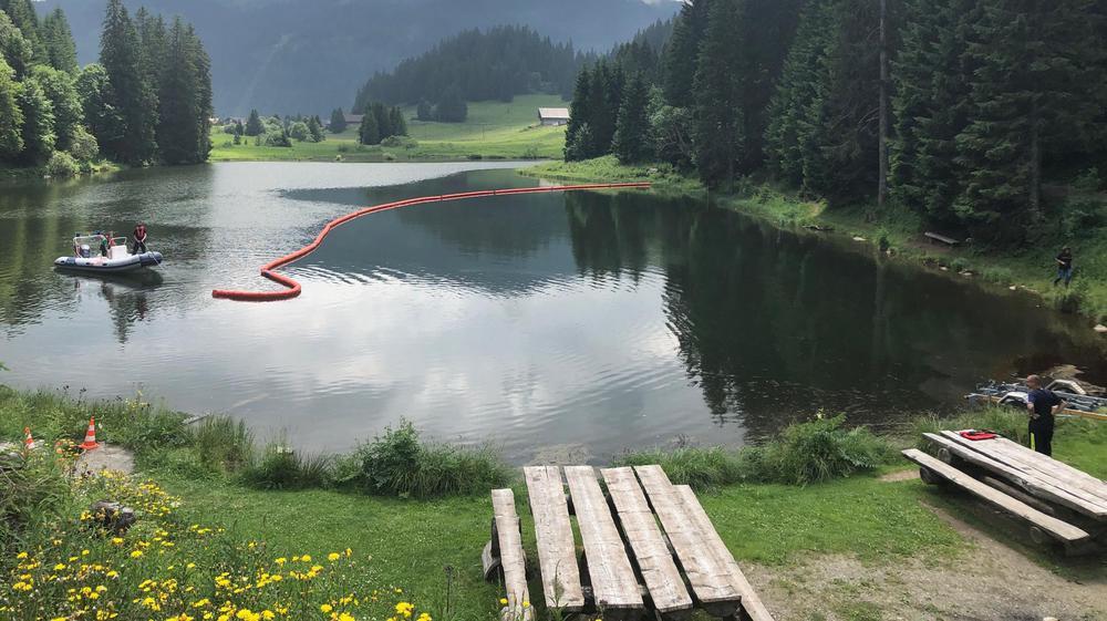 Un barrage flottant a été installé pour nettoyer le lac.