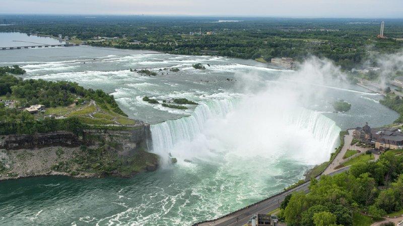 """La police des parcs du Niagara a reçu un appel mardi à 4 heures du matin signalant un """"homme en crise"""" en amont des célèbres chutes."""