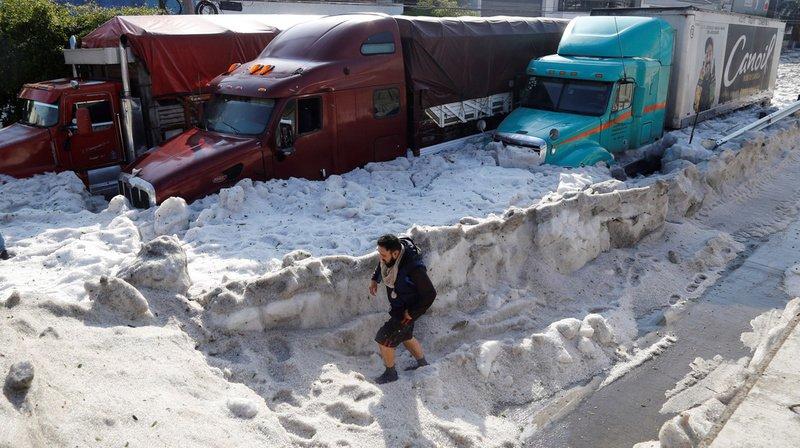 La couche de glace formée par les grêlons a atteint jusqu'à deux mètres.