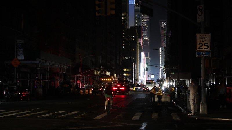 Panne d'électricité géante à New York, Times Square dans le noir