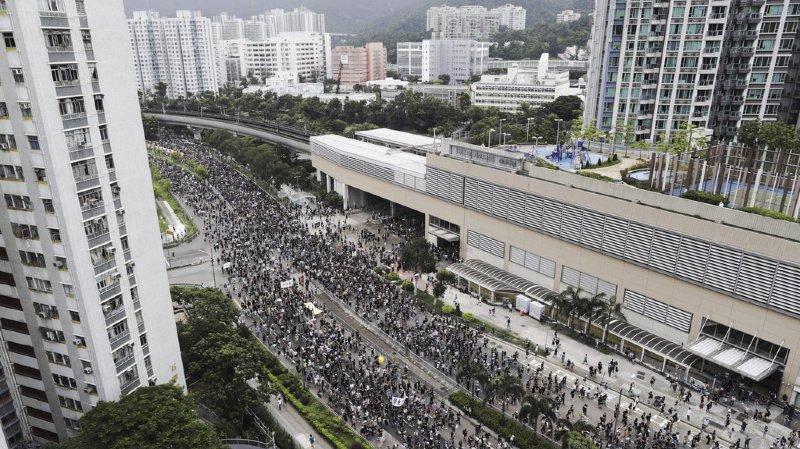 Hong Kong: heurts en marge d'une nouvelle manifestation monstre