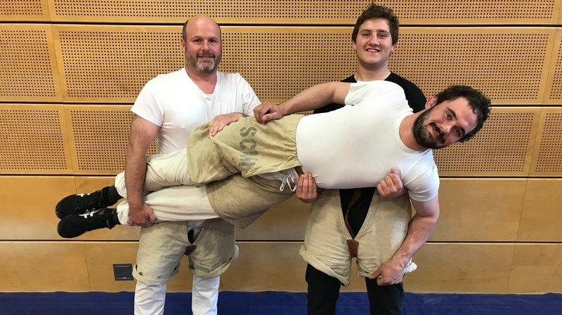 Nicolas Morel (à gauche) et Alexis Fellay portent Joël Pierroz. Ces trois lutteurs représenteront le Sporting-Club Martigny dimanche.