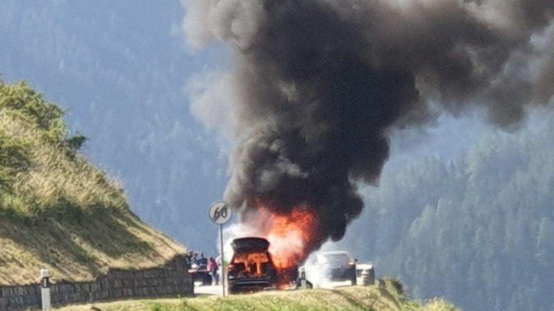 La voiture peu après le déclenchement de l'incendie.
