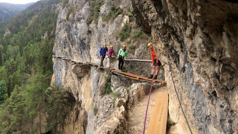 La société No Limits Experience propose une randonnée entre ciel et terre pour découvrir 3 bisses ancestraux de la région de Vercorin.
