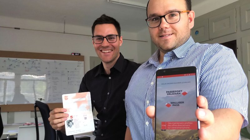 Deux des trois associés, Grégory Zermatten et Olivier Matthey avec les deux versions du Passeport valaisan.