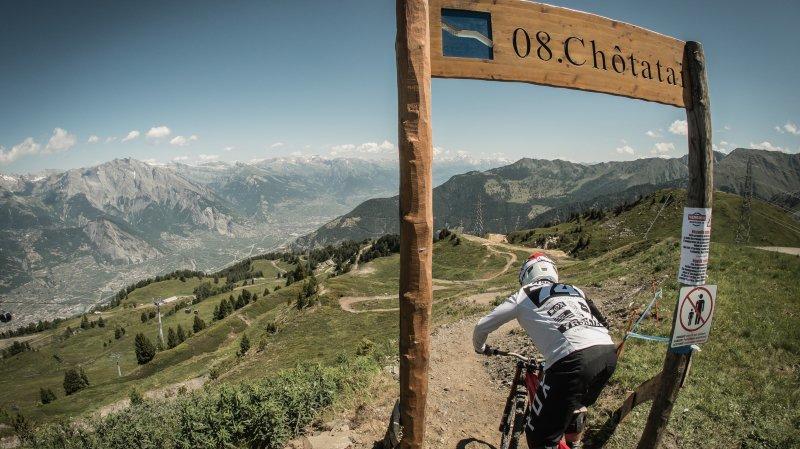 D'une longueur de 5 kilomètres, la nouvelle piste de descente VTT Chôtatai serpente à travers alpage et forêt sur les hauts de La Tzoumaz.