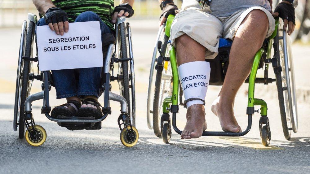 Le 13 juillet 2019, des personnes à mobilité réduite manifestent leur mécontentement concernant leur interdiction d'entrer dans le festival Sion sous les étoiles.