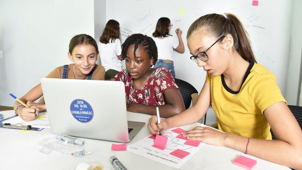 Chloé, Nathanaëlle et Maryam élaborent leurs projets.