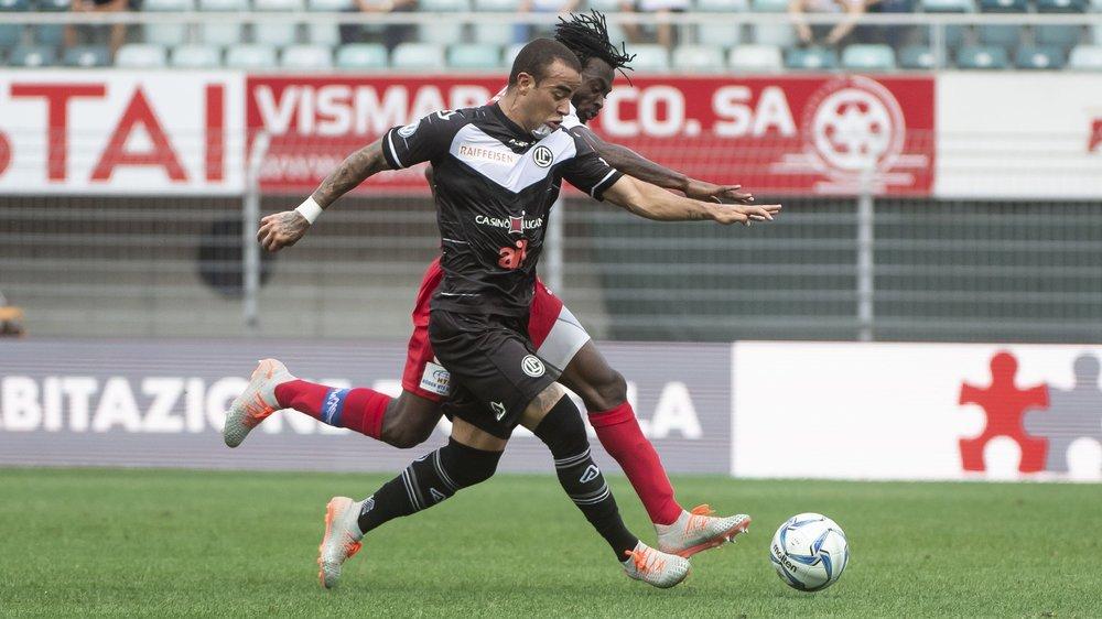 Carlinhos et Xavier Kouassi se disputent le ballon.