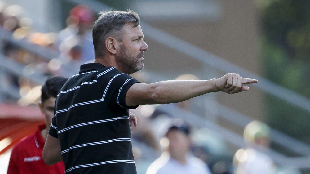 Stéphane Henchoz, l'entraîneur du FC Sion, replace ses joueurs lors du match contre le FC Zurich au stade de Tourbillon.