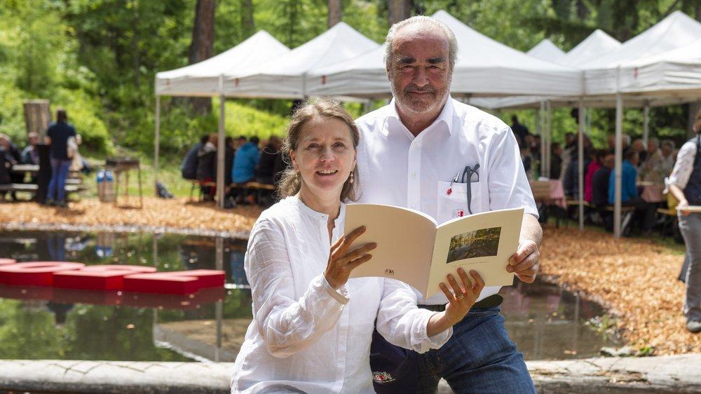 Romaine Syburra-Bertelletto, conseillère bourgeoisiale et Antoine de Lavallaz, président de la bourgeoisie de Sion, présentent fièrement l'ouvrage consacré au 750 ans du Gouilly.