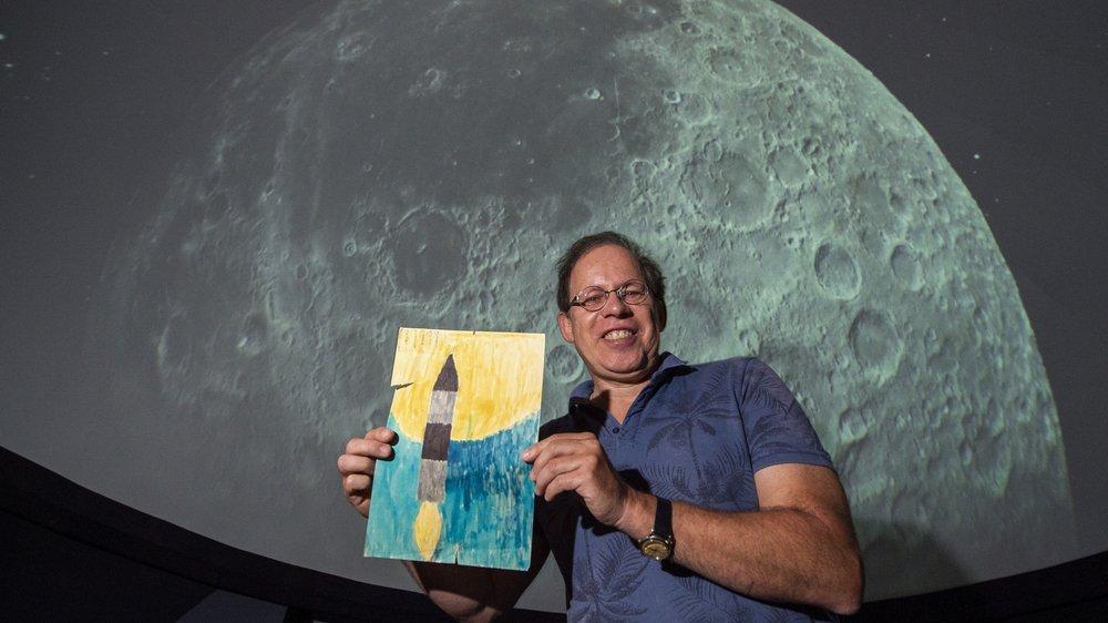 Alain Kohler, fondateur de la Société d'astronomie du Valais romand, tient fièrement le dessin qu'il avait réalisé à 8 ans, le jour du décollage d'Apollo 11.