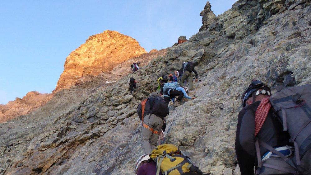 Lorsqu'un alpiniste décroche, il risque d'entraîner les suivants dans sa chute.