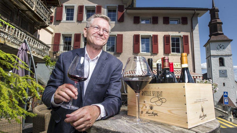 A 60 ans, Per-Henrik Mansson s'est lancé le challenge de reprendre l'hôtel-restaurant Le Communal. Huit ans plus tard, il s'y démène toujours par amour pour le vin, la gastronomie et la région.