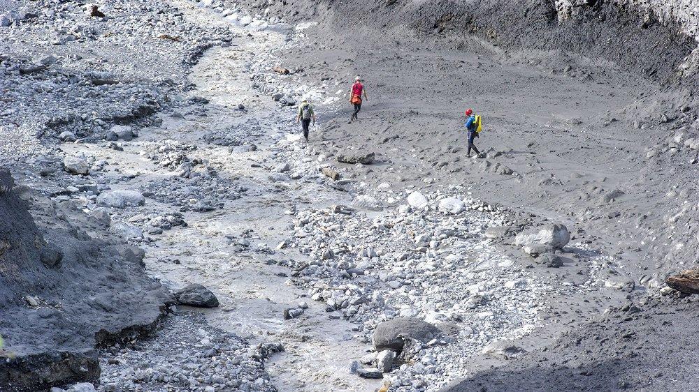 Depuis dimanche, l'eau contenue dans des tas d'alluvions a ruisselé vers le Rhône, rendant certains marécages éphémères moins vaseux et donc praticables par les équipes de recherches.