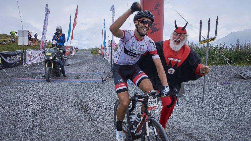 Le vainqueur de l'étape, Fabio Cini, a été accompagné par le célèbre Didi Senft à son arrivée au sommet de la Croix de Cœur.