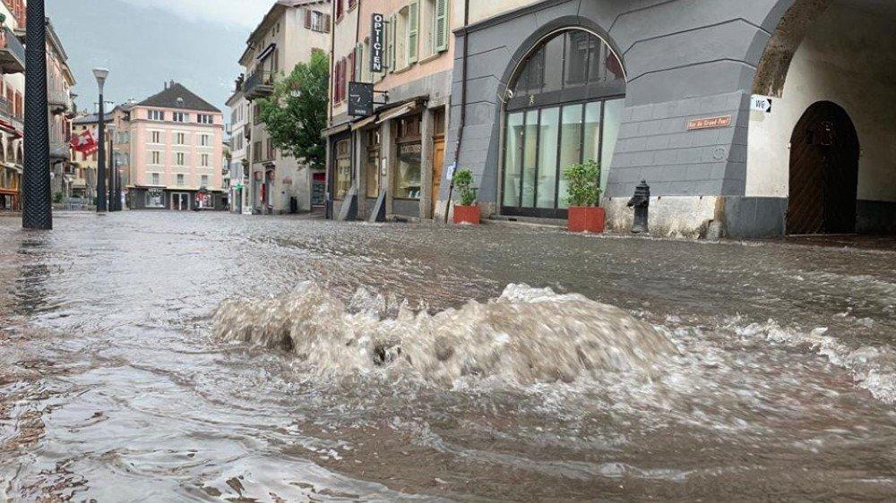 A Sion, la rue du Grand-Pont n'a pas été épargnée par les pluies diluviennes.