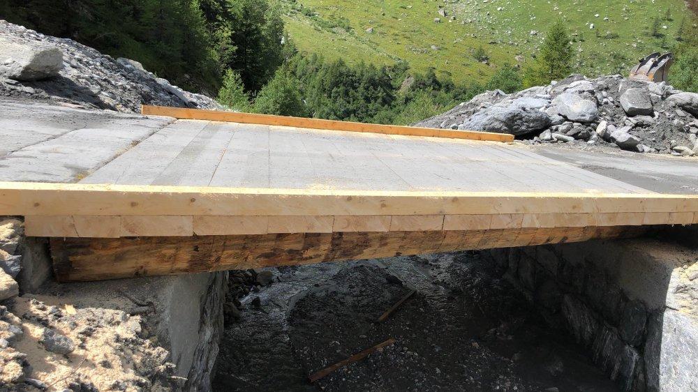 Le nouveau pont fusible de Madzeria, entre Bonatchiesse et Mauvoisin, a été mis en place en quelques heures.