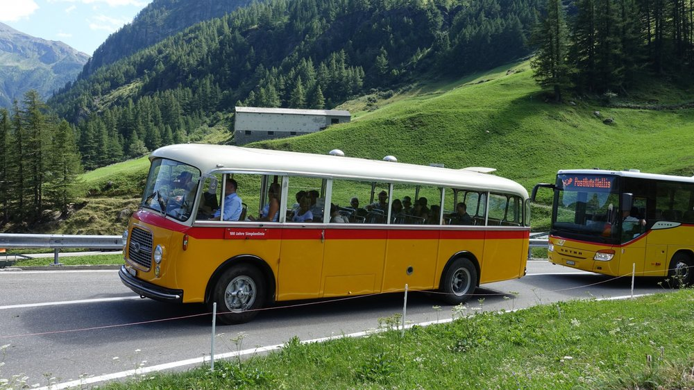 """En marge de la """"Heimattagung"""" de Simplon-Village, un car d'époque a défilé sur les routes du col."""