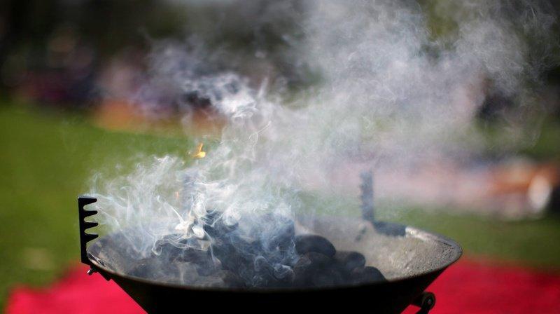 Un homme de 44 ans a versé de l'alcool à brûler sur le feu, créant une longue flamme de trois à quatre mètres qui a blessé l'adolescente. (Illustration)