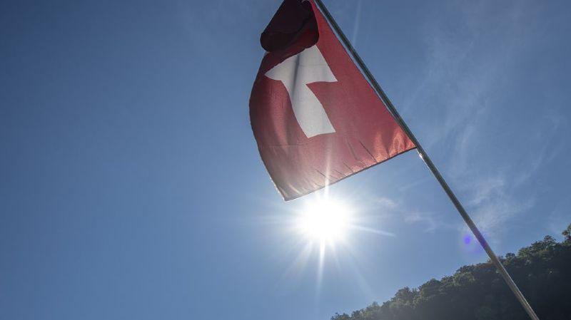 """Crash d'une Batmobile, pont Morandi, vélo électrique ou Federer le """"Martien""""… l'actu suisse vue du reste du monde"""