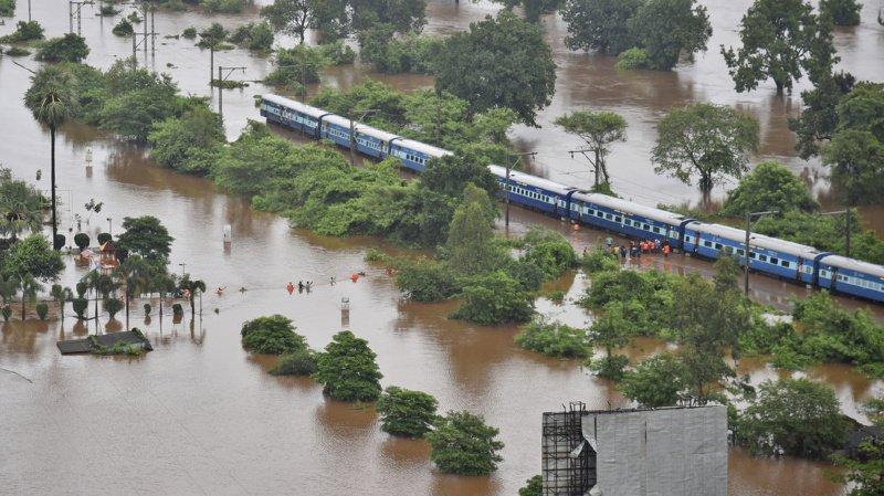 Inde: 800 passagers évacués d'un train par hélicoptère et...par bateau