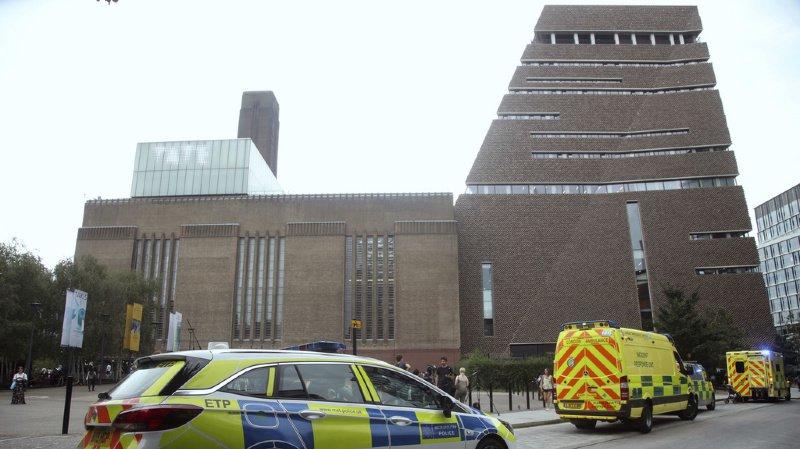 L'enfant poussé d'un 10e étage, à Londres, a la colonne brisée