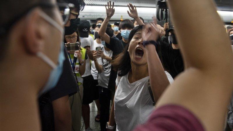 Certains voyageurs étaient irrités par le chaos alors que d'autres exprimaient leur soutien au mouvement.