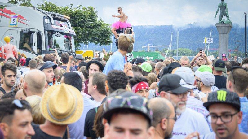 Une foule de ravers ont défilé au son de la musique techno.