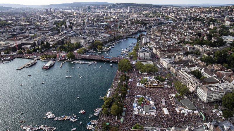 La Street Parade rassemble chaque année à Zurich d'immenses foules d'amateurs de musique techno. L'année passée, ils étaient plus d'un million.