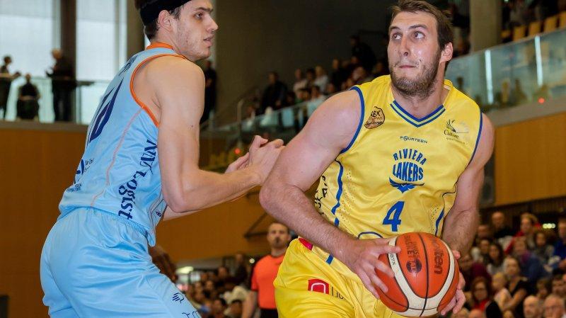 Milos Jankovic, sous le maillot jaune des Riviera Lakers, affronte Arnaud Cotture des Lions de Genève lors du dernier championnat.