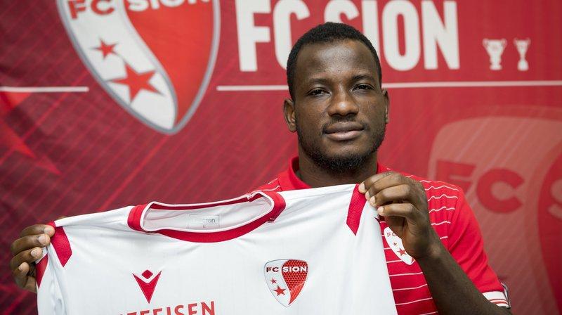 Konan Oussou présente le maillot de son nouveau club lors d'une conférence de presse le 25 juin dernier.