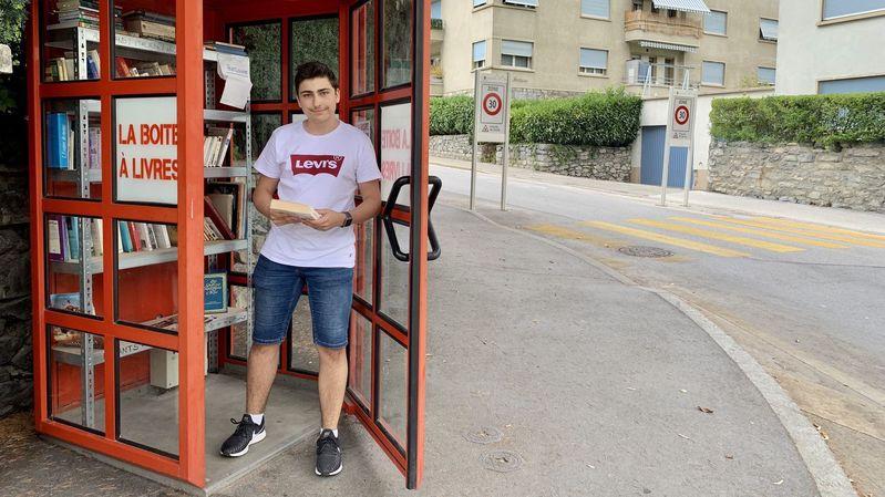 """Aurélien Verrillo, 18 ans, a repéré la Boîte à livres installée près de la fontaine des Aigles à Sion. """"L'idée est sympa. Je pense que ça peut bien marcher!"""""""