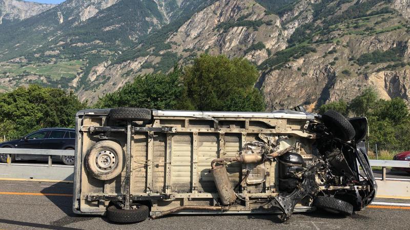 Sous le choc, la camionnette s'est renversée.