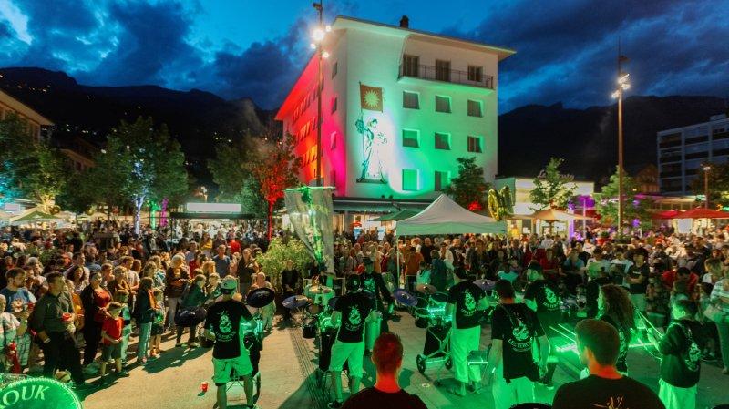 Depuis le début de l'été, le festival qui anime la place de l'Hôtel-de-Ville de Sierre atteint même des records de fréquentation, puisqu'il a attiré plus de 11 000 visiteurs en cinq vendredis.
